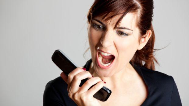Resultado de imagem para mulher no telefone